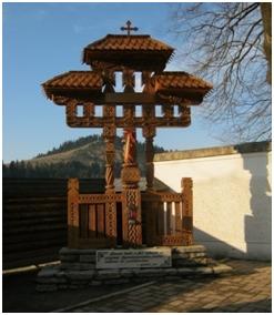 Troița de la Mănăstirea Putna în memoria masacrului de la Fântâna Albă