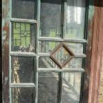 Ușa unei foste case, acum în iazul Geamăna